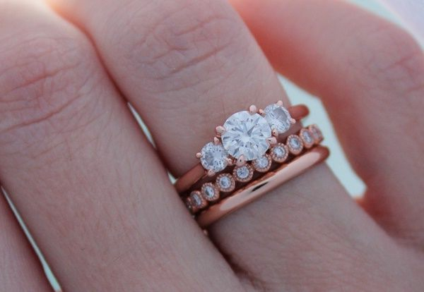 Bague-trois-anneaux-jolie-pierres-precieux-or-rose