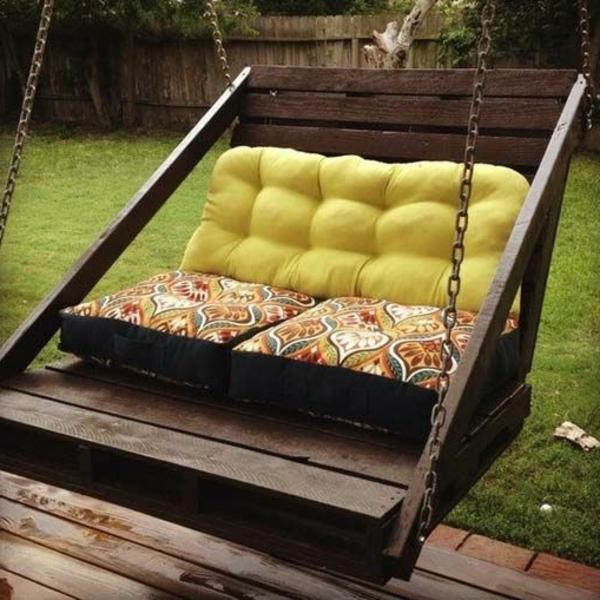 Balançoire-se-balancer-dans-le-jardin-vert-balancoire-en-bois