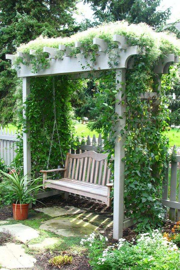 Balançoire-se-balancer-dans-le-jardin-vert