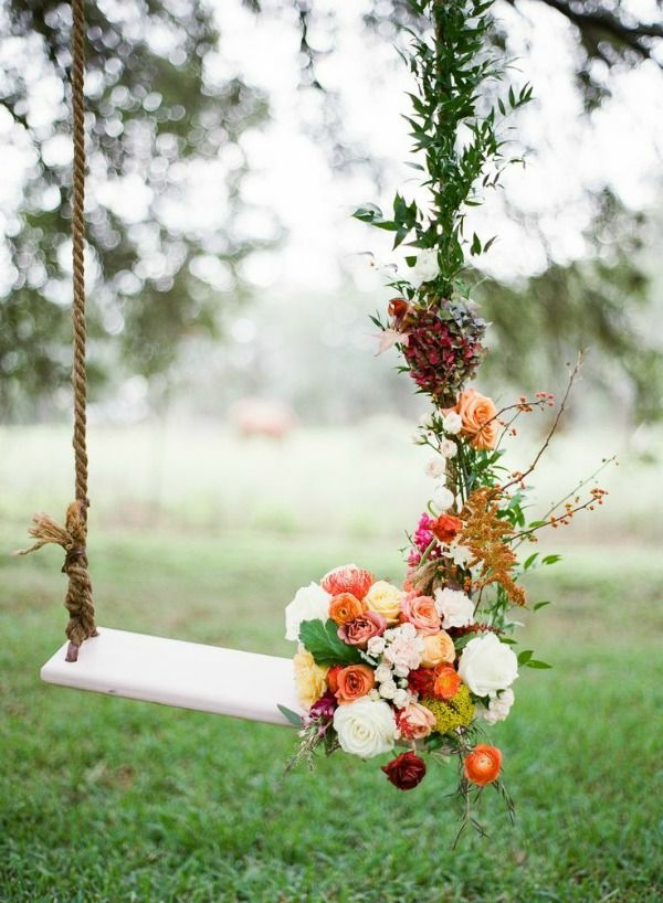 Balançoires-dehors-fleurs-pelouse-verte-mariage