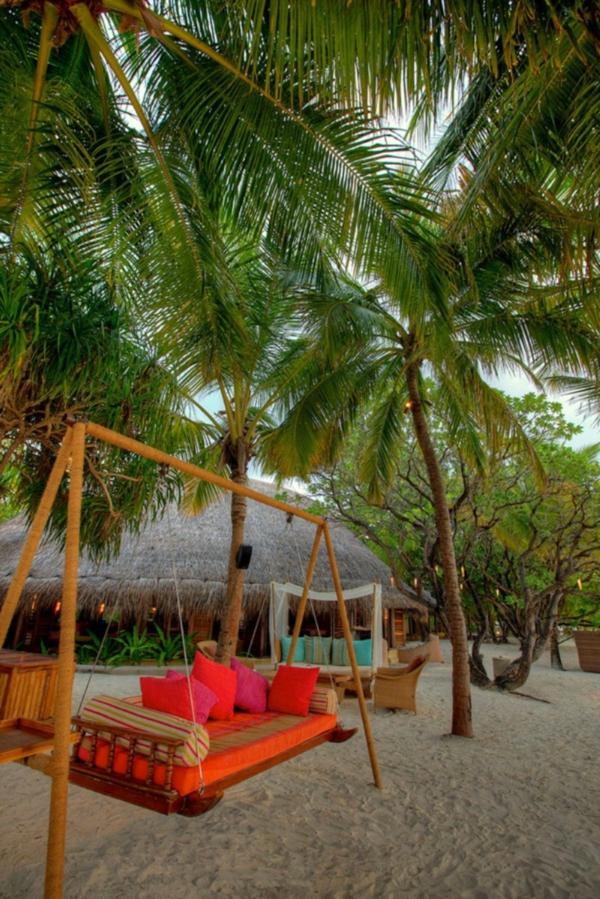 Balançoires-dehors-palme-à-la-plage-sable
