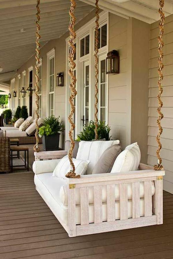 Balançoires-dehors-pelouse-verte-à-la-verande