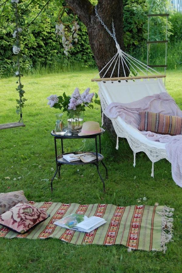 Balançoires-dehors-pelouse-verte-jardin-hamac