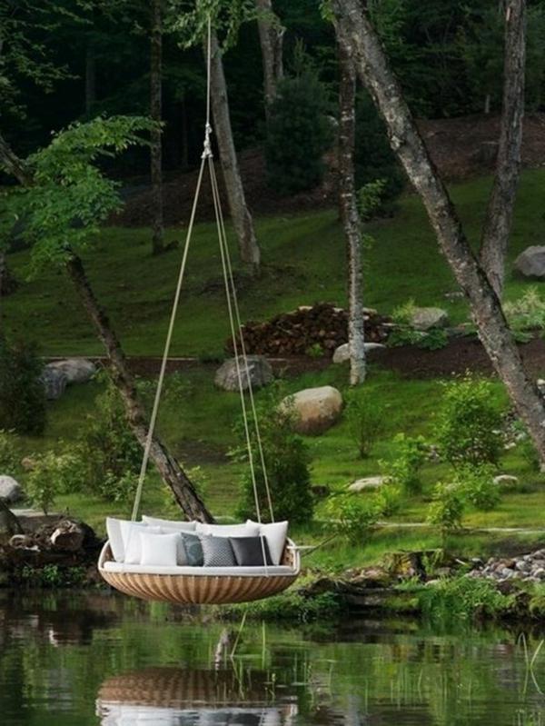 Balançoires-dehors-pelouse-verte-lac-eau