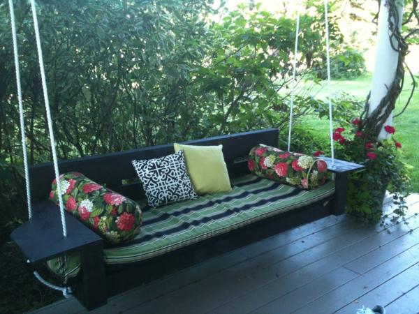 Balançoires-dehors-pelouse-verte-sofa-sur-la-terasse