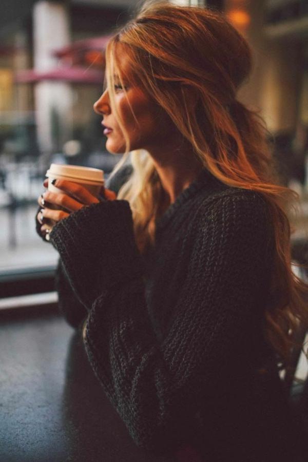 Coiffure-simple-et-rapide-cheveux-boucles-midi-up