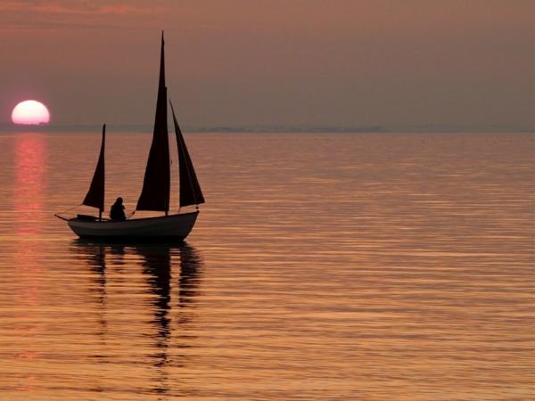 Couche-de-soleil-sur-la-mer-bateaux