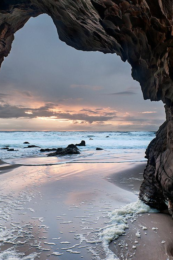 Couche-de-soleil-sur-la-mer-entre-les-rochelles-vue-magnifique