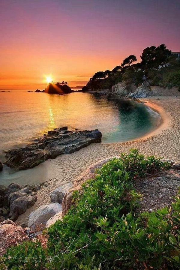 Couche-de-soleil-sur-la-mer-jolie-plage
