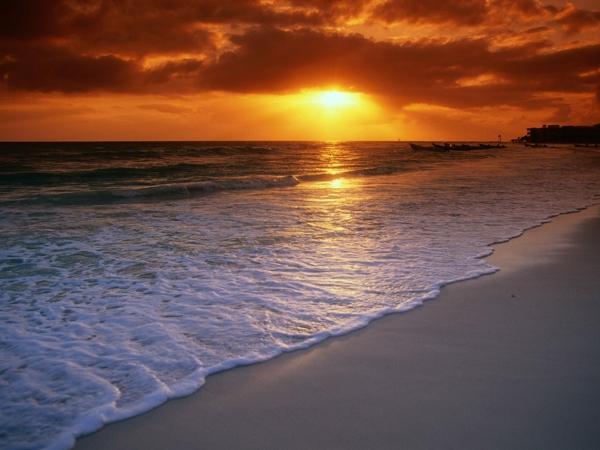 Couche-de-soleil-sur-la-mer-plage-sable