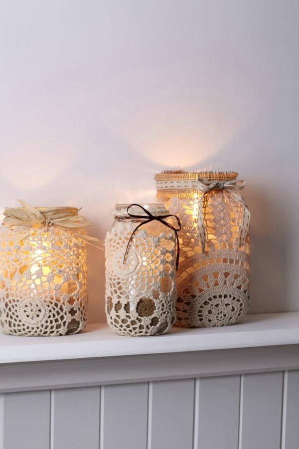 Décoration-chambre-lumineuse-avec-bougies-dentelle-sur-pot