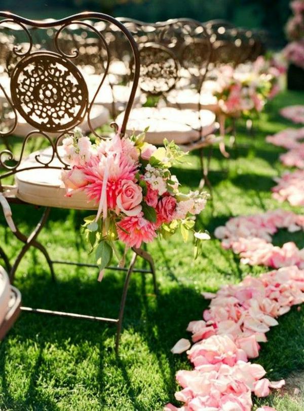 Décoration-florale-mariage-heureux-chaises-coeur