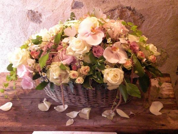 Décoration-florale-mariage-heureux-roses-blanches