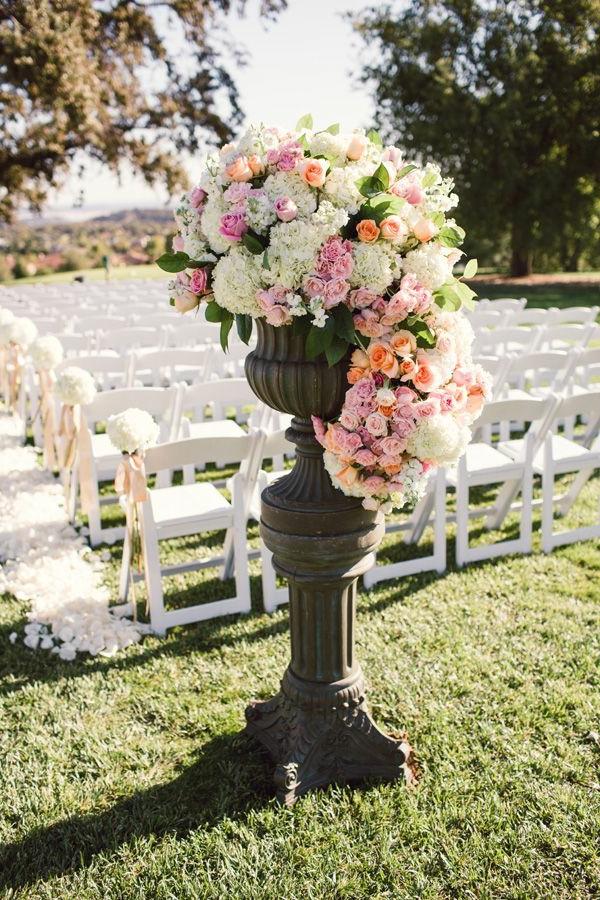 Décoration-florale-originale- mariée-cérémonie-chaises