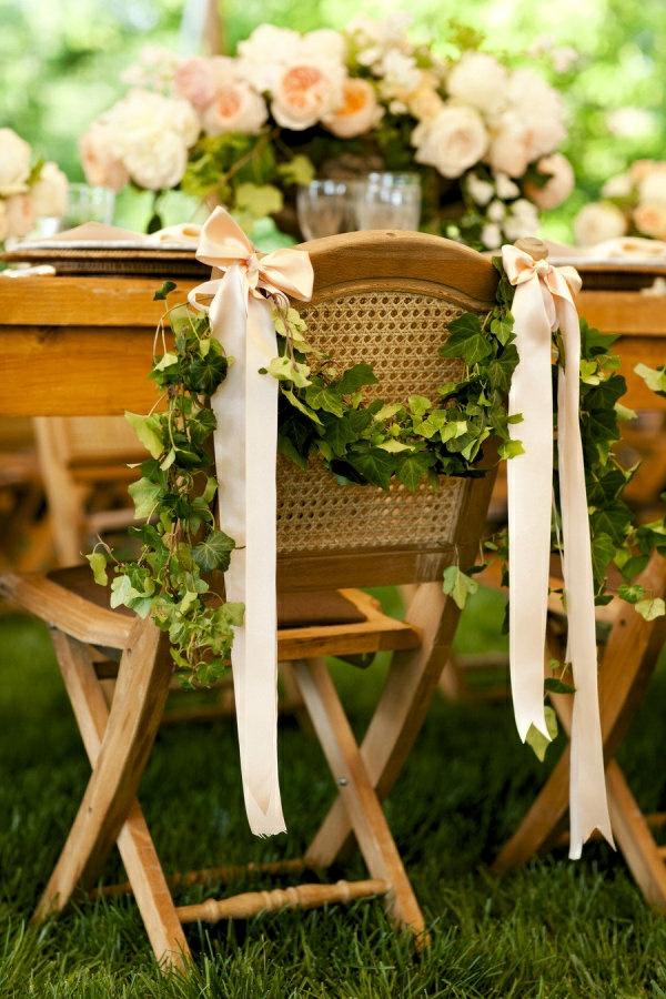 Deco-florale-marriage-fleurs-fraiches-chaises