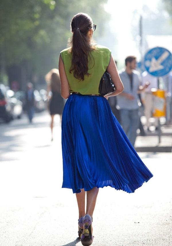 Fringues-à-la-mode-inspirée-par-le-swing-jupe-bleue-plissé-haut-taille
