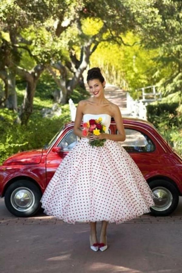 Fringues-moderne-au-style-vintage-wolksvagen-rouge-robe-de-mariée