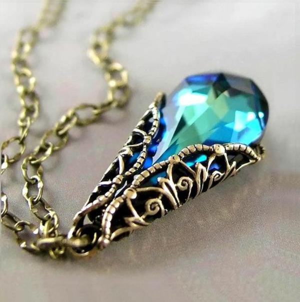 Idée-cadeau-original-Swarovski-collier-bleu-magique