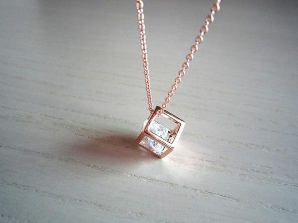 Idée-cadeau-original-Swarovski-collier-cube