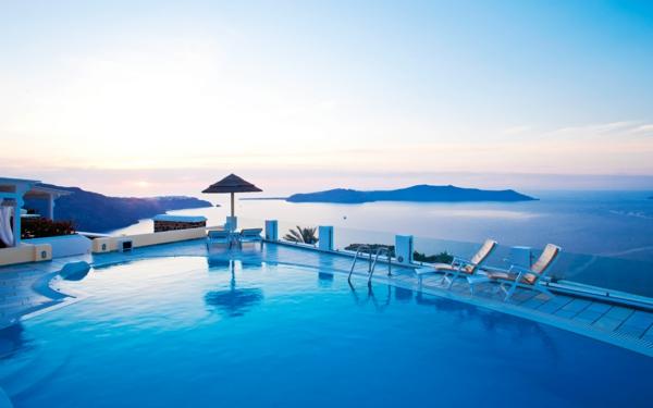 Ile-de-Santorin-paysage-joli-hotel-piscine-resized
