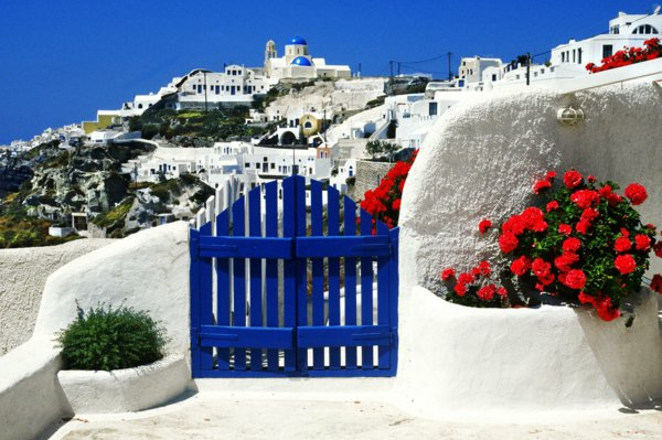 Ile-de-Santorin-paysage-joli-les-maisons-fleurs-rouges