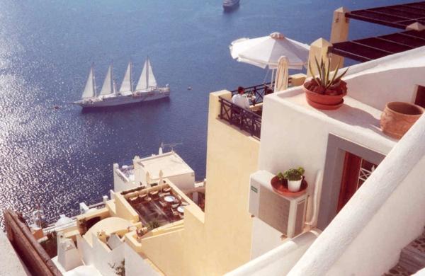 Ile-de-Santorin-paysage-joli-un-des-bateaux-terrasses
