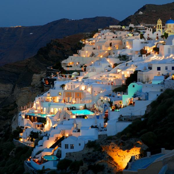 Ile-de-Santorin-paysage-joli-une-ville-avec-maisons-blancs-resized