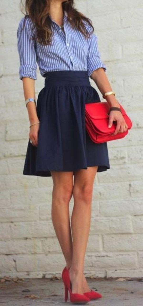 Jupe-cuir-vetements-jolies-style-rouge-accessoires-chemise-bleue