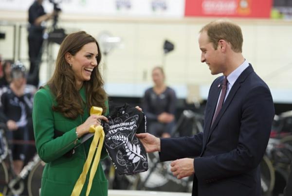 Kate-Middleton-et-le-prince-William-acceptent-un-maillot-de-cycliste-pour-George-le-12-avril-2014_exact1024x768_l-resized