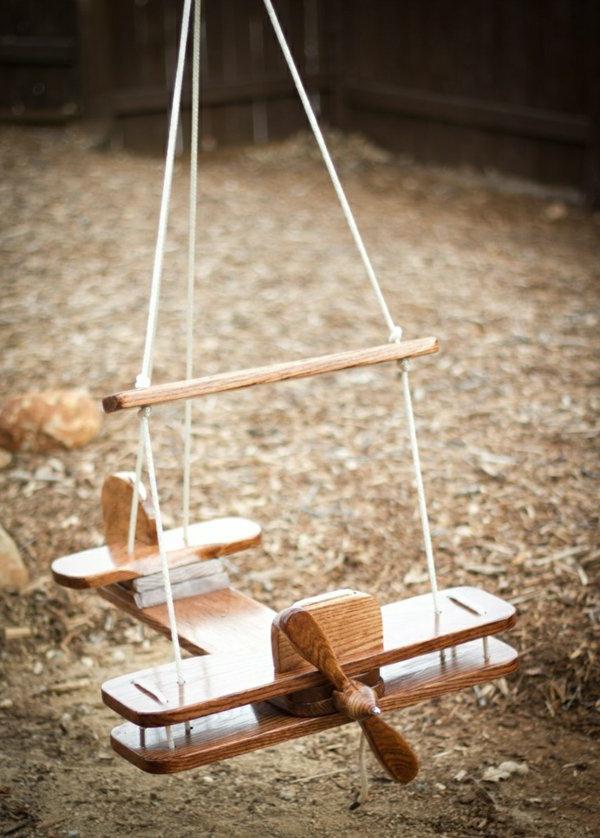 La-balançoire-de-jardin-swinguer-dehors-aéroplan-en-bois-enfant