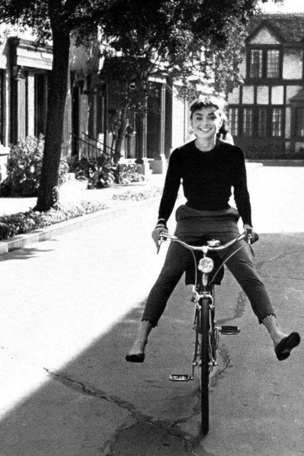 La-joie-de-bicyclette-tenue-de-sport-audrey-hepburn-velo-resized