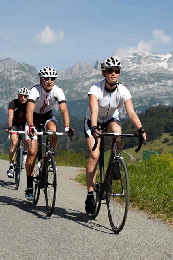 La-jolie-de-bicyclette-tenue-de-sport-montagnes-resized