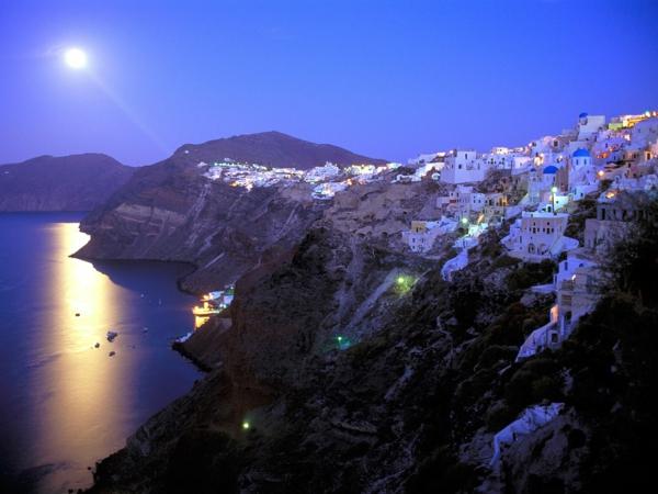 Santorin-un-ile-jolie-destination-touristique-nuit-paysage-nocturne-de-Santorin