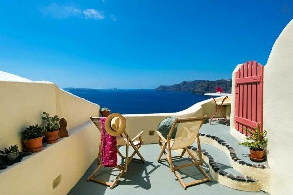 Santorin-un-ile-jolie-destination-touristique-terasse-chaises