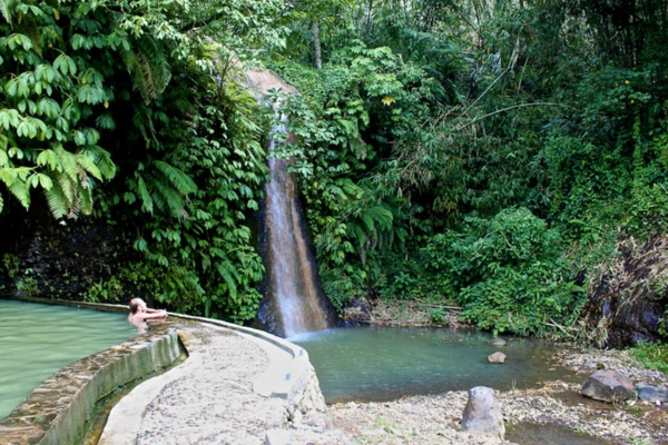 Source-d-eau-chaude-le-vert-a-Bali-Angseri-resized