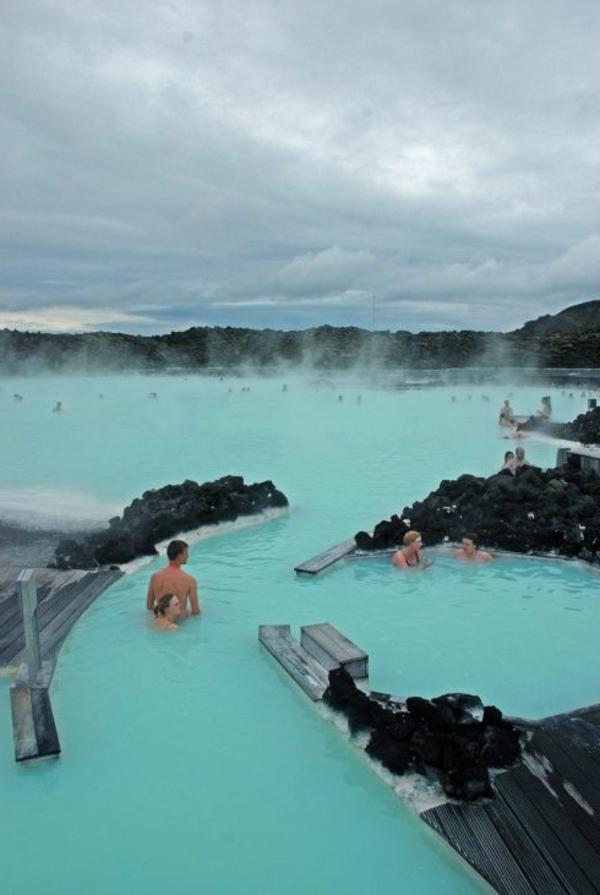 Source-d-eau-chaude-paysage-joli-bleu-eau