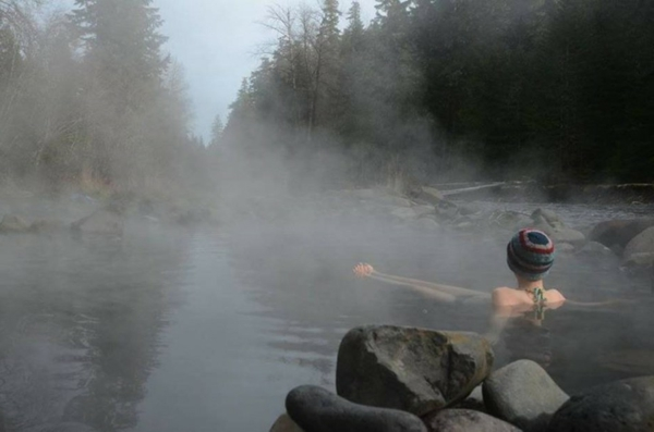 Source-d-eau-chaude-paysage-lac-chaud-jolie