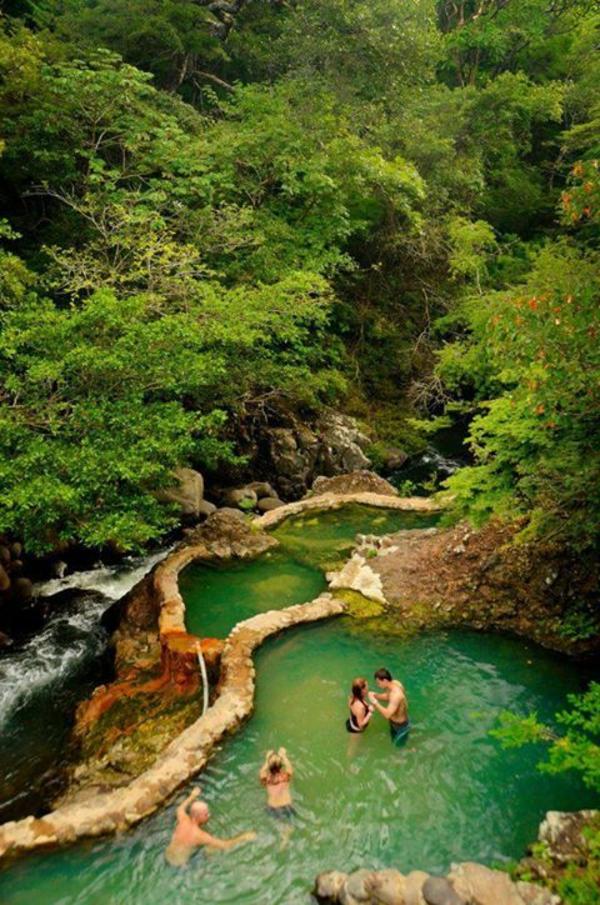 Source-d-eau-chaude-vert-montagnes