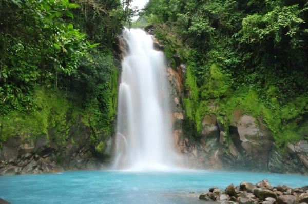 Source-d-eau-chaude-waterfall-montagne