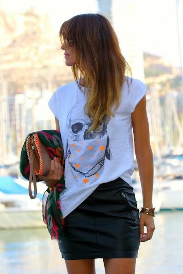 Tendances-tenue-complete-jupe-en-cuir-blanche-t-shirt