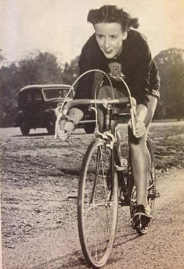 Tenue-cycliste-sport-dans –la-ville-ancienne-resized