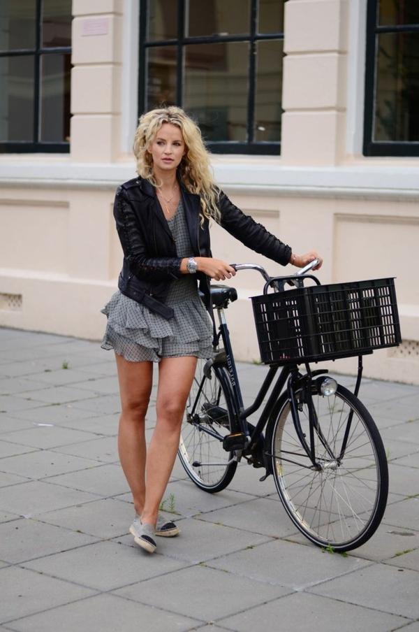 Tenue-cycliste-sport-dans –la-ville-jolie-femme-velo-resized
