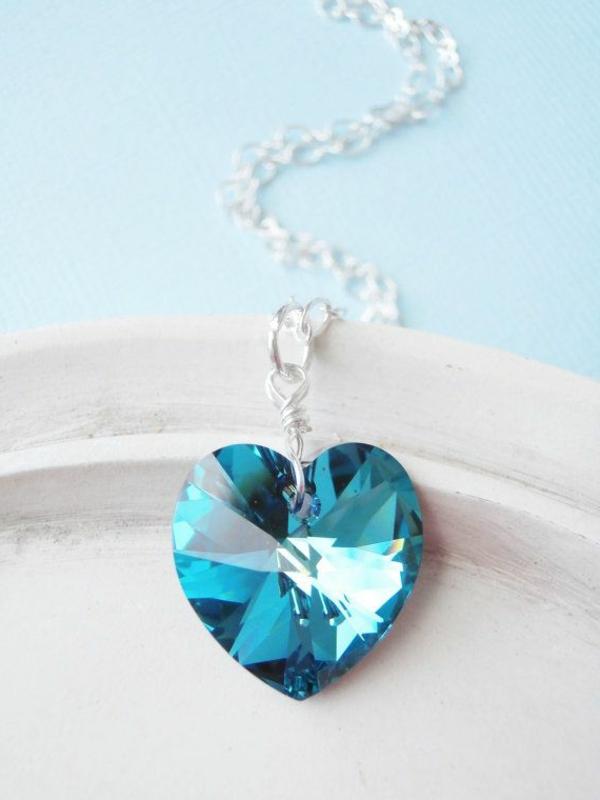 Tenue-de-jour-avec-un-accessoire-Swarovski-coeur-bleu