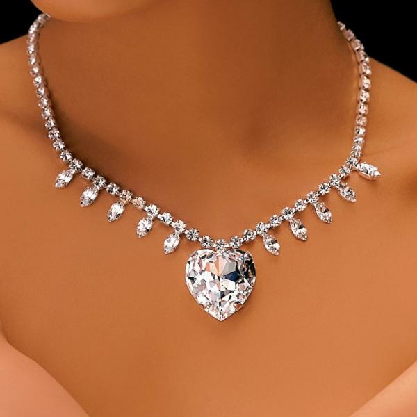 Tenue-de-jour-avec-un-accessoire-Swarovski-cristaux-coeur