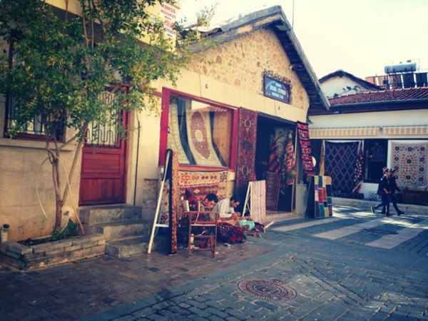 Ville-touristique-au-bord-de-la-mer-Antalya-tapis-maison-rue