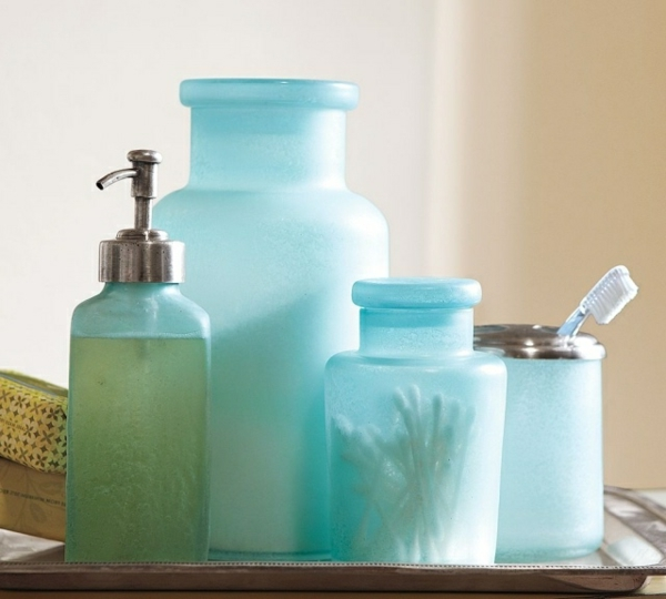 accessoires-de-salle-de-bain-en-verre-bleu-et-dépoli
