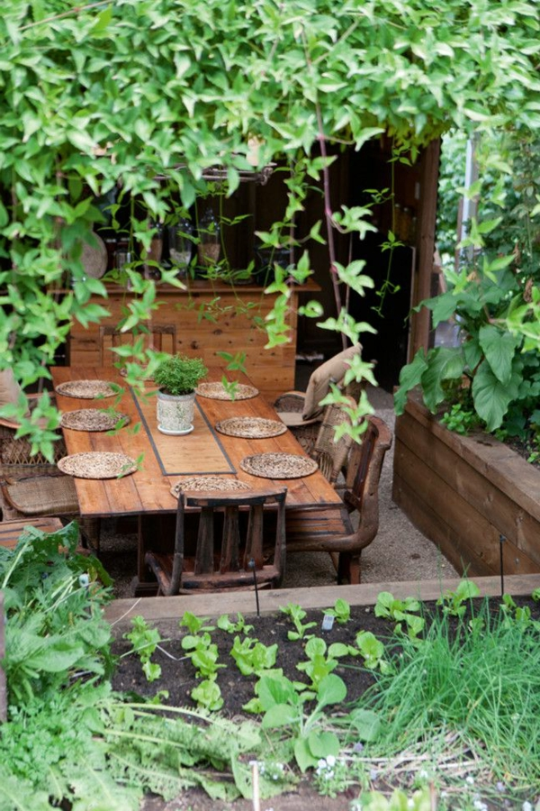 aménager-jardin-table-chaises-lierre