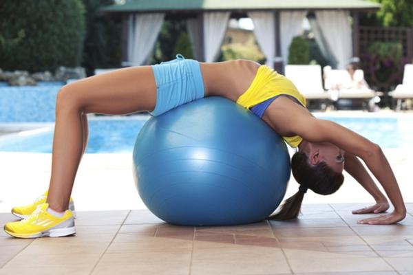 ballon-de-gymnastique-un-exercice-de-flexibilité