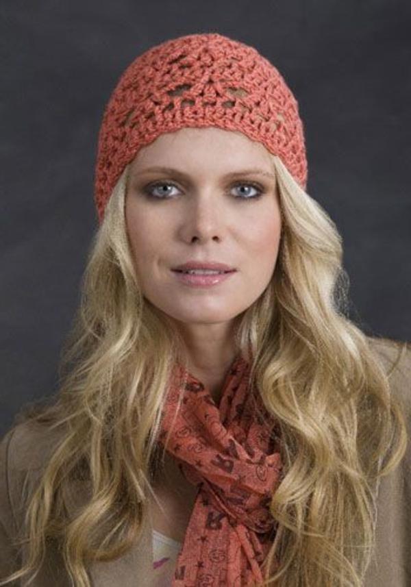 bonnet-en-crochet-en-couleur-corail