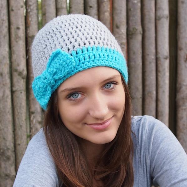 bonnet-en-crochet-en-gris-et-bleu